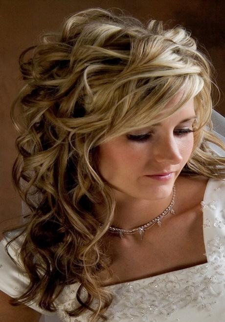 Chignon mariage cheveux bouclés