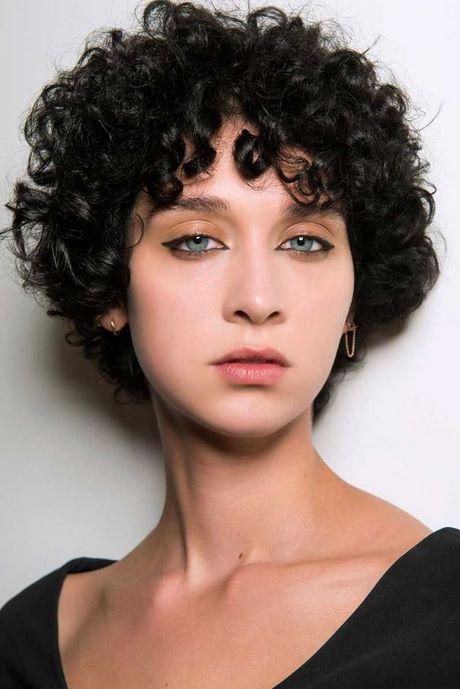 Coupe courte femme noire cheveux crepus