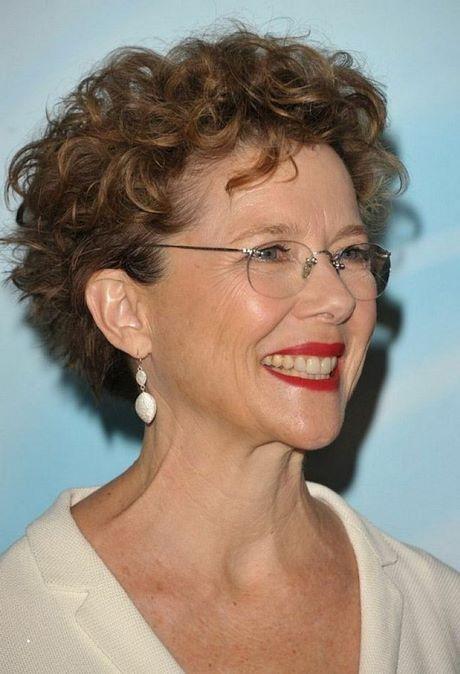 Coupe de cheveux femme 60 ans avec lunettes