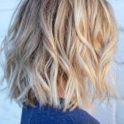 Cheveux blond mi long